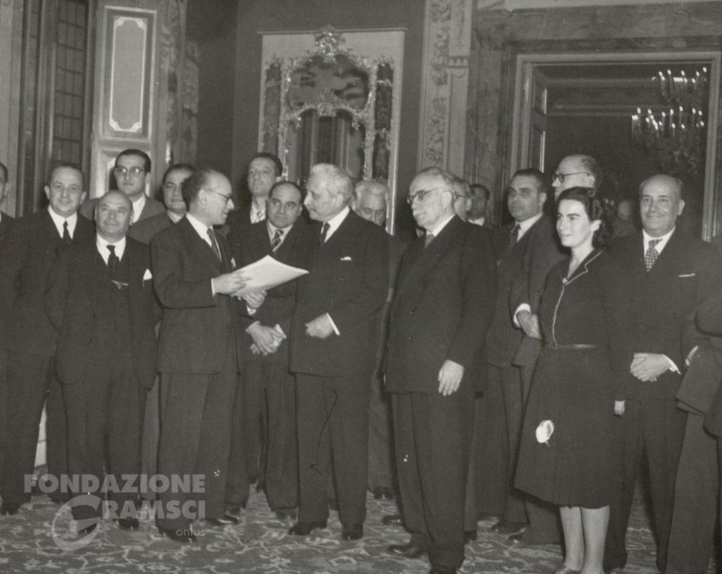 Terracini consegna a De Nicola il testo della Costituzione