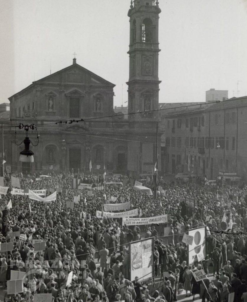 """La piazza della manifestazione """"Facciamo del 1962 l'anno della pace"""""""