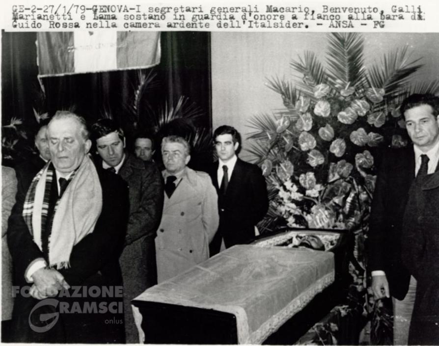 Il picchetto d'onore alla salma di Guido Rossa nella camera ardente allestita all'Italsider