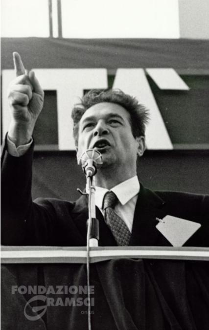 Luciano Lama durante un comizio alla manifestazione dei metalmeccanici